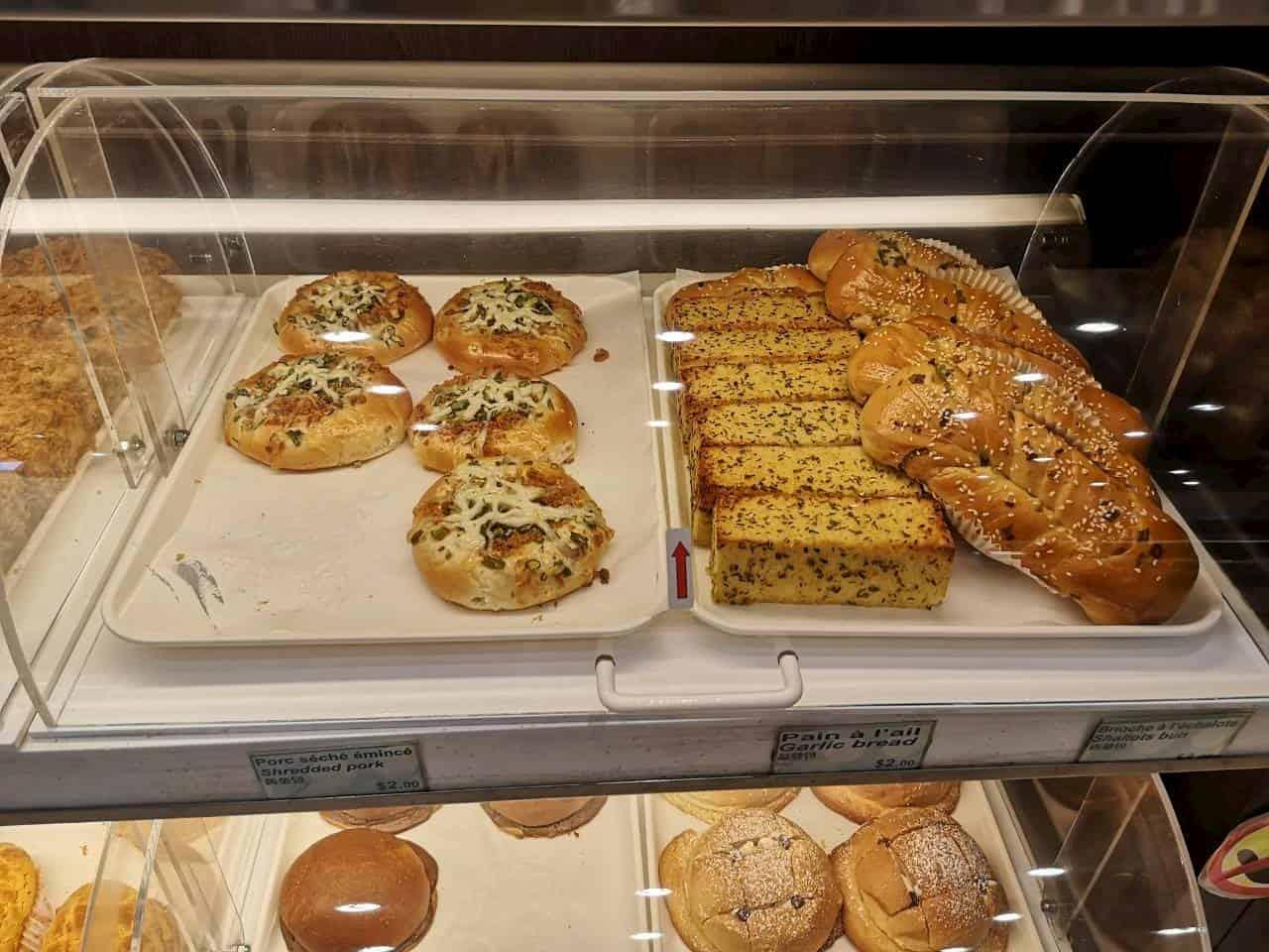 ショーケースに並ぶ総菜パン
