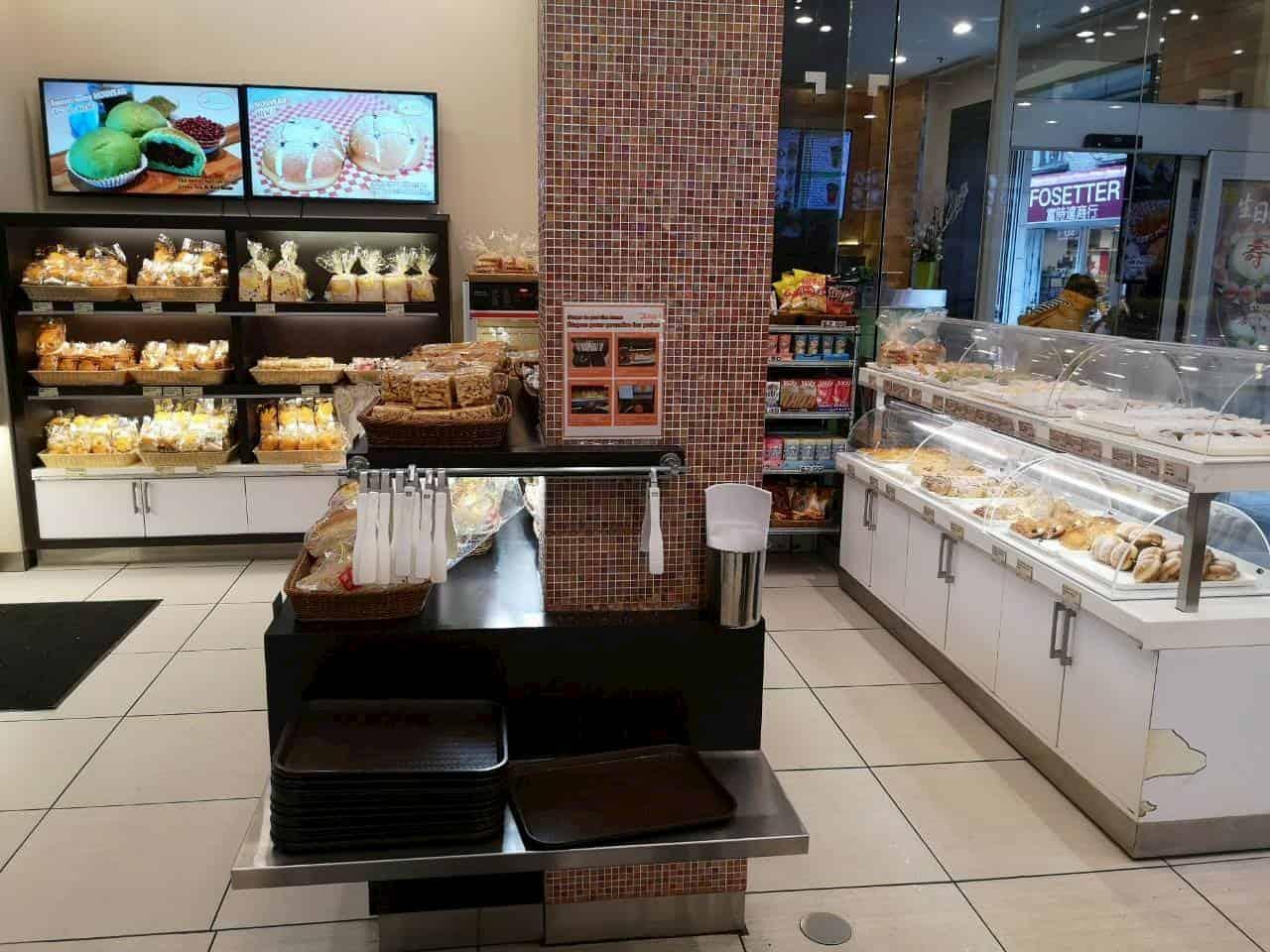 「Pâtisserie Harmonie」の店内には豊富な種類のパンが並ぶ