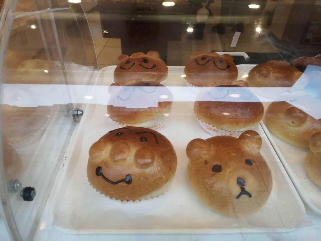 ショーケースに並ぶ菓子パン