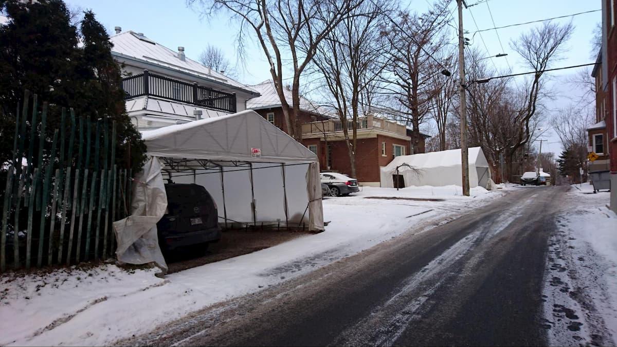 車を雪から守るビニールハウス