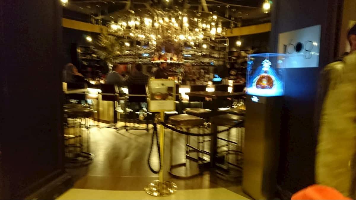 ホテル内レストランの隣にあるバー