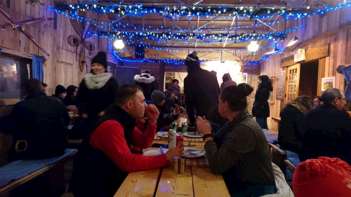 ケベックシティのクリスマスマーケットの屋台の中