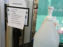 店の入り口に設置されている消毒液