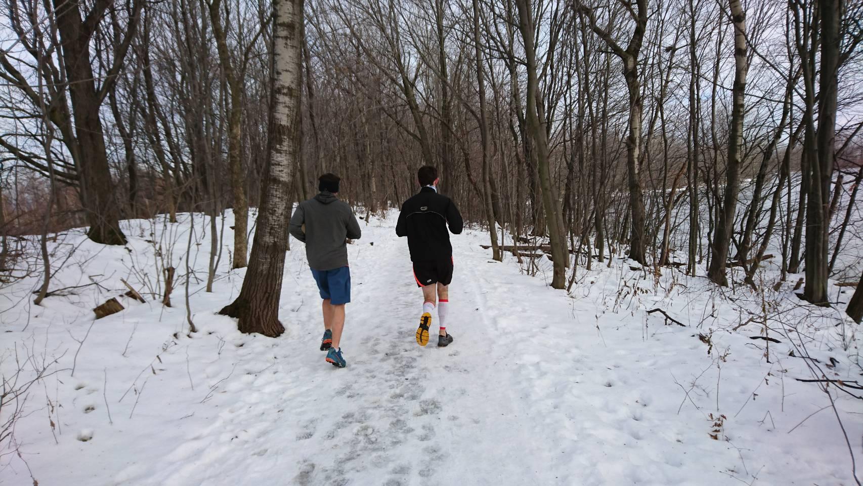 雪の中、薄着でスポーツをする人たち