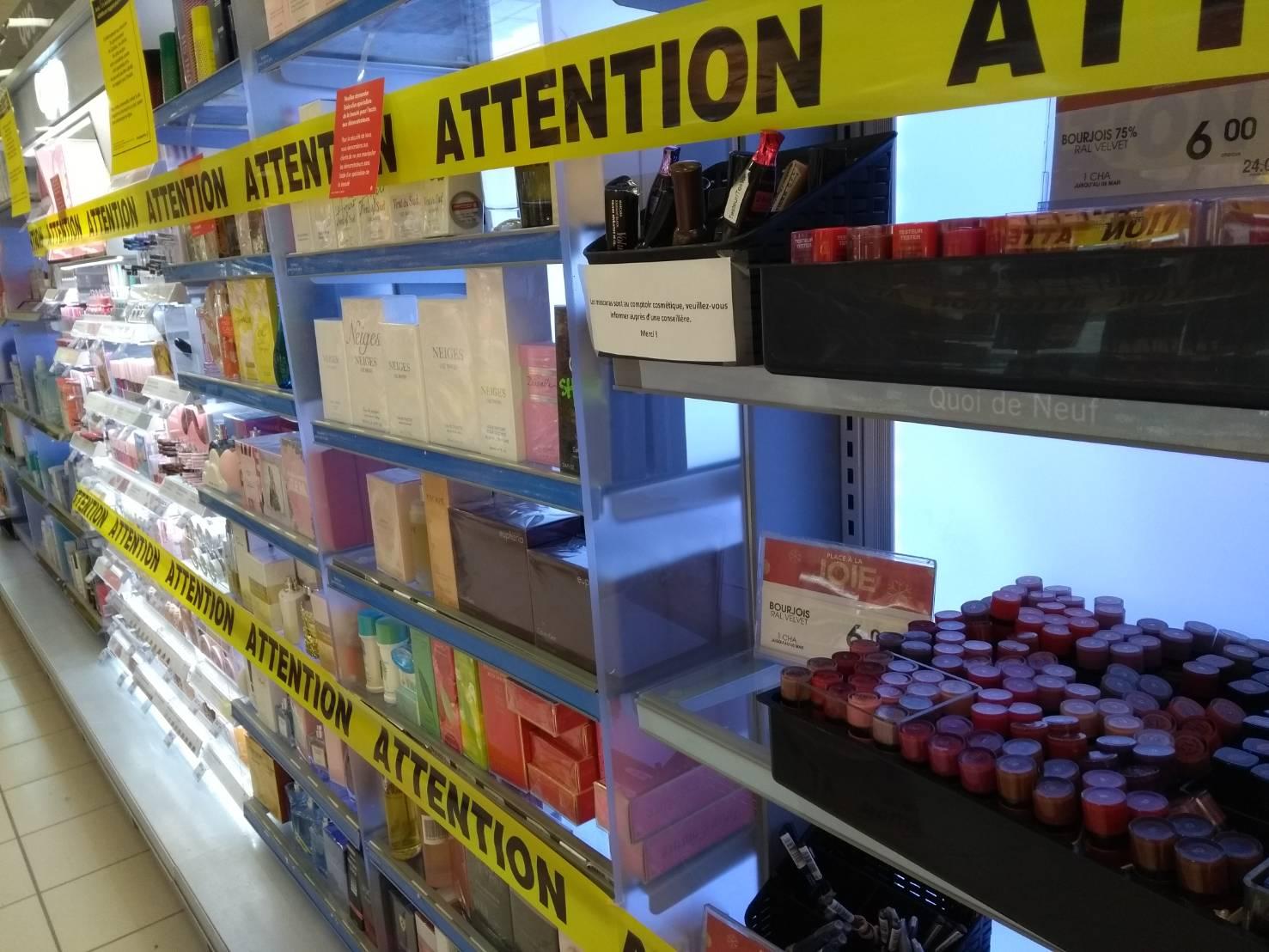 レッドゾーンの薬局の売り場(必要不可欠なもの以外は買えない状況)